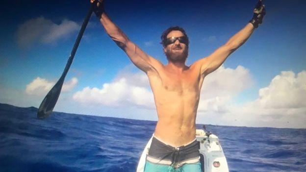 Actualidad Actualidad La asombrosa hazaña de Chris Bertish, el hombre que cruzó el Océano Atlántico solo con un remo y una tabla