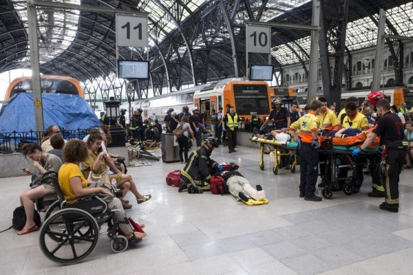 Actualidad Actualidad 56 heridos, tres graves, tras chocar un tren de Cercanías en Barcelona