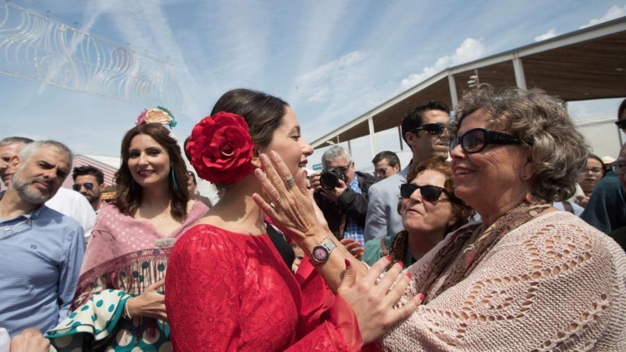 Actualidad Actualidad Inés Arrimadas triunfa en la Feria de Abril de Cataluña vestida de flamenca