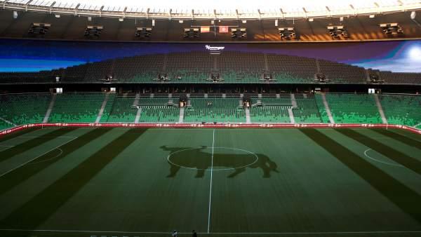 Deportes Deportes El jardinero del estadio de Krasnodar y su guiño a España: dibuja un toro en el césped