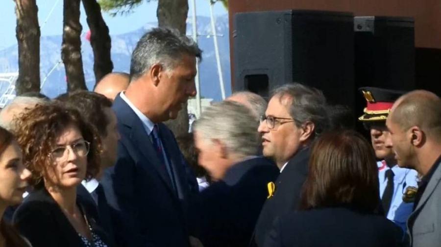 Actualidad Actualidad Las imágenes del choque entre Albiol y Torra en el homenaje de Cambrils